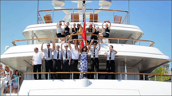 . 29/07/12 : Rihanna Fenty a fait un aller retour dans la ville de Monaco pour faire du shopping. + Riri est allée à Nice et a quittée définitivement son yacht pour retourner à Los Angeles ou New York. Elle a posée avec le personnel. .