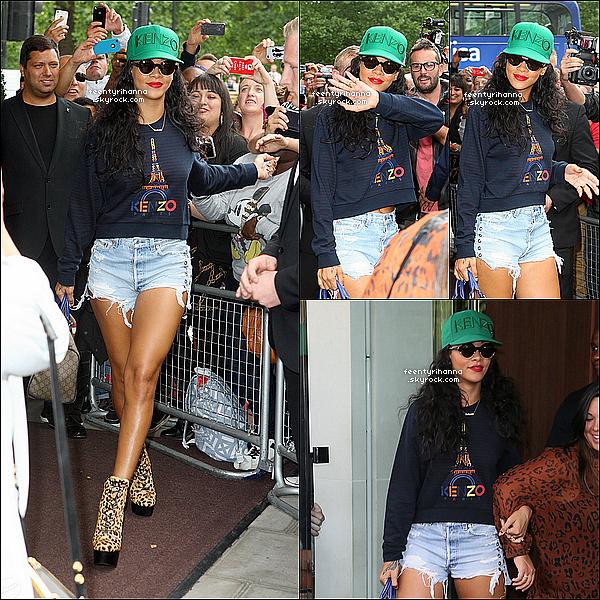 . 28/08/12 : Rihanna quittant son hôtel pour aller au siège River Island à Londres, Angleterre.   Le DVD « Battleship », dans lequel la barbadienne Rihanna Fenty apparaît, est arrivé à la première position du « Top 40 Vidéos ». .