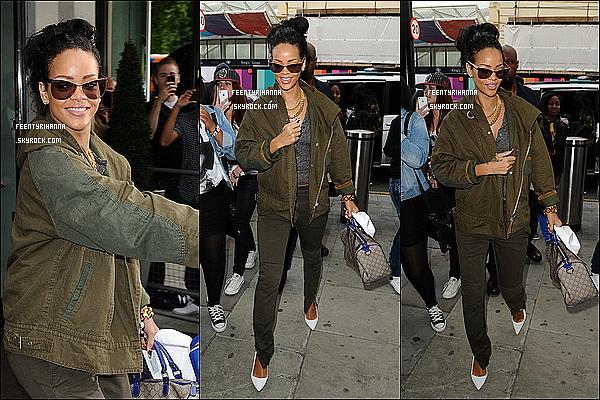 """. 01/09/12 : Rihanna quittant son hôtel à Londres pour se rendre à Paris, France.  + R a crée l'émeute à la Gare du Nord, elle a tweeter : """"J'ai du me battre pour me frayer un chemin dans cette putain de gare!!! SMH.""""  ."""