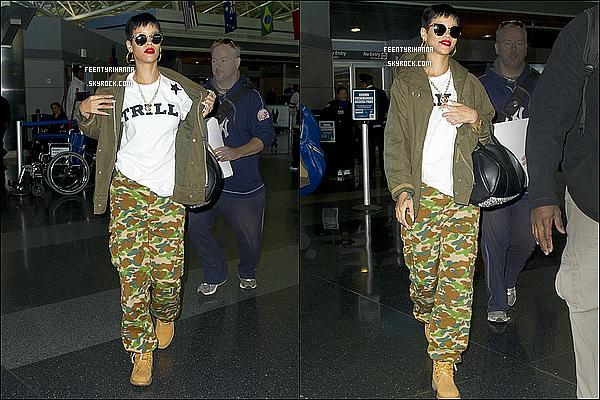 . 30/09/12 : Rihanna est arrivée à l'aéroport « LAX » à Los Angeles pour allée à New York.  + 01/10 : Rihanna Fenty a été aperçut arrivant à l'aéroport JFK de New York. Ton avis sur sa tenue assez décontractée?  .