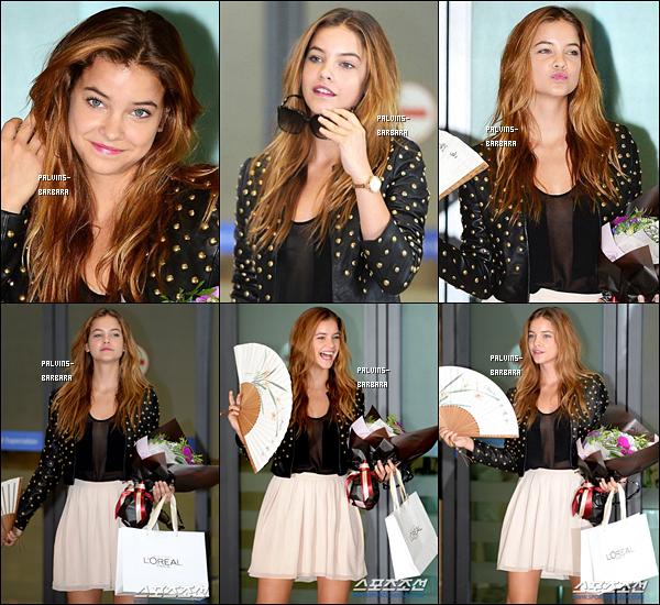 -   26/08/13 Barbara arrivant en Corée accueillie par des fans et les médias locaux à l'aéroport.   -