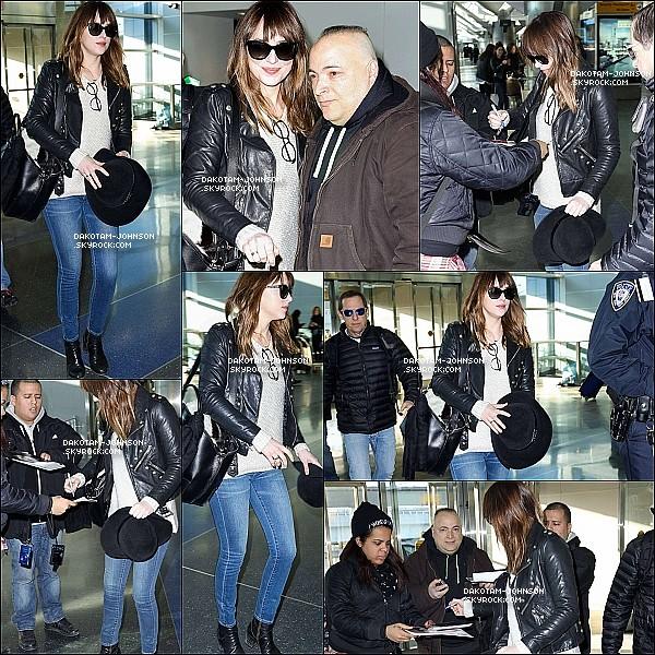 ; CANDIDS | Dakota a été appercu à l'aéroport JFK de New York,  elle a pris le temps de signer des authograges 19.02.15....;et poser avec des fans. Quelques heures après elle à ensuite été vu à l'aéroport LAX de Los Angeles. ;