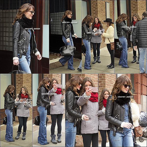 ; 26/02/15 | Dakota à été vu à la sortit de son hôtel signant des autographes et faisant des photos avec des fans;