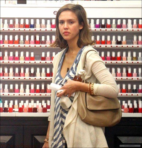 Candids : C'est une Jessica Alba resplendissante que nous retrouvant entrain de faire son shopping dans un magasin de cosmétique. Elle a le BIG smile. :D Alors TOP, BOF ou FLOP ?