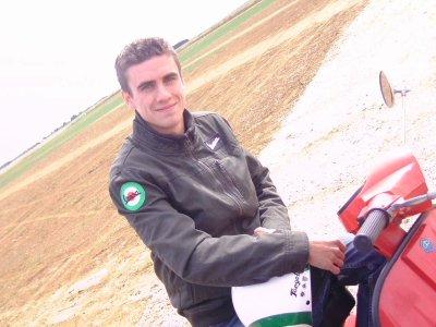 """Voici un nouveau membre du club, Pierre et son PX VESPA 125 cm3, passionné par la """"guêpe"""", dans l'attente de pièces afin de relooker quelque peu son scooter italien rouge, bravissimo !!!"""