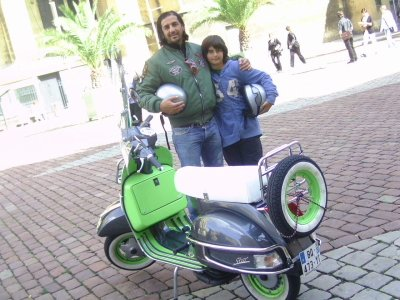 """Que de belles couleurs, et d'accessoires (roue de secours sur le porte-bagages arrière) que possède ce beau scooter 125 cm3 de Stéphane le père et Raphaël son fils, bien connu à Metz pour leurs succulentes pizzes : Carissimi Pizzas !!      bienvenue les """"paesani""""  !!"""