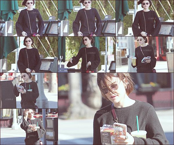 . ..23.02.2017..─Lucy Hal'-vêtue de noir- a été aperçue seule allant se prendre un thé glacé dansStudio City. .