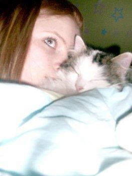 L'amour entre un chat et un humain il y a un sentiment le chat ne sont pas fait pour rien il sont fait pour vivre avoir des sentiments <3