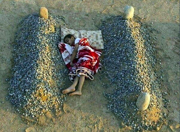 """""""Orphelin syrien entre les tombes de ses parents..."""" (sic)"""