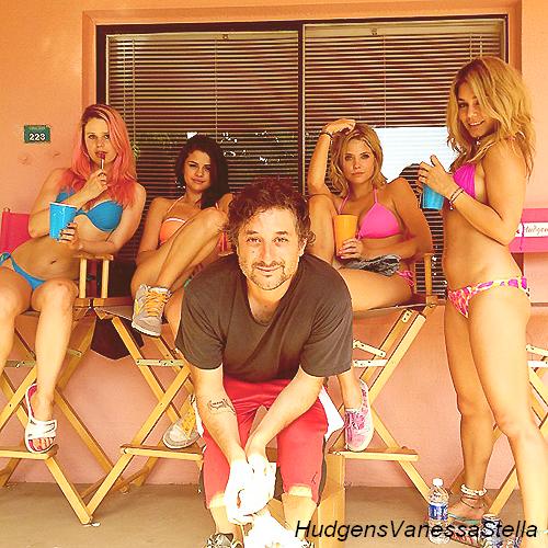 21 Mars 2012. Vanessa, Ashley & Selena  ont été vue sur un balcon entrain de faire la féte pour le tournage de Spring Breakers