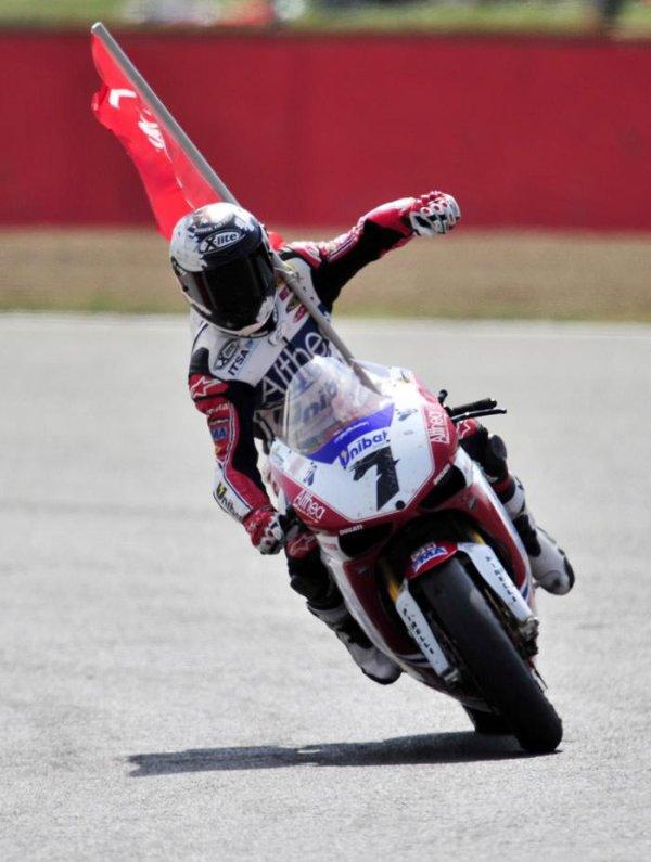 Superbike (Magny-Cours),Carlos Checa encorne la victoire et le titre !!