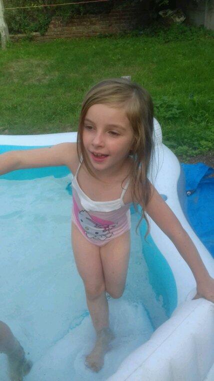 Ma filleule dans la piscine