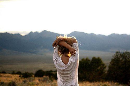 Je tombe, je me relève, je fais des erreurs, je vis, j'apprends, j'ai été blessé, mais je suis plus fort, je suis humain, je ne suis pas parfait, mais je suis reconnaissant