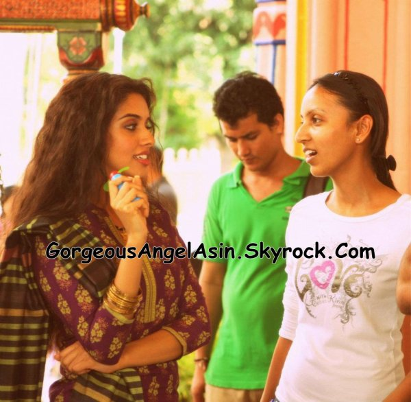 Asin on the sets of Bol Bachchan