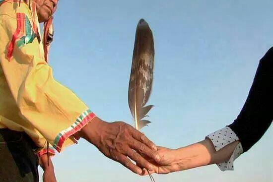 Toi qui vient en paix recois cette plume en signe d'amitié