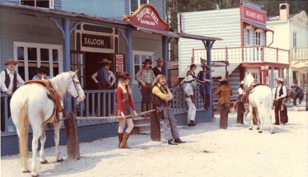 Richard Lamarche  Anida et les cow-boys devant l'anciens saloon