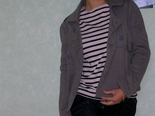 Pull marin (taille S,manche 3/4). Echarpe rose. Veste grise. Dîtes un pr*x.