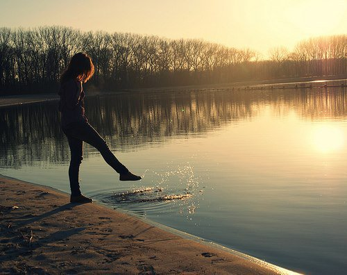 Je souffre, je ne cesse de souffrir. Mais comme je suis polie, je continue de sourire.