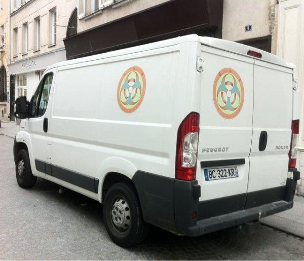 une camionnette avec un logo BioHazard ?? WTF ?