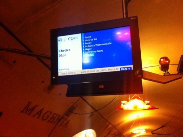 nouveaux afficheurs de destination et d'arrêts sur le RER E à Magenta