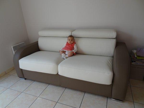Célestine présente le canapé !