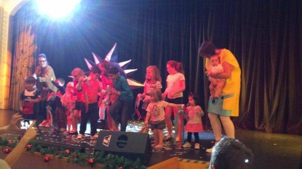 Célestine kidnappée par un Minion pour aller sur scène
