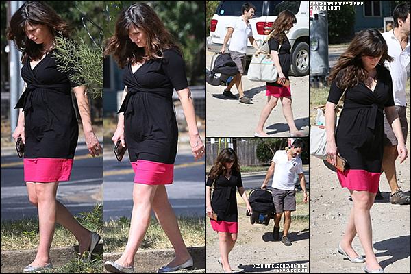 .08/08/2015 : Zooey Deschanel et sa petite famille ont été vu dans les rues d'Austin pour déjeuner.   Première sortie pour la nouvelle famille ! Zooey à l'air en forme bien que fatigué. Elle n'a toujours pas lache ses ballerines argentées. .