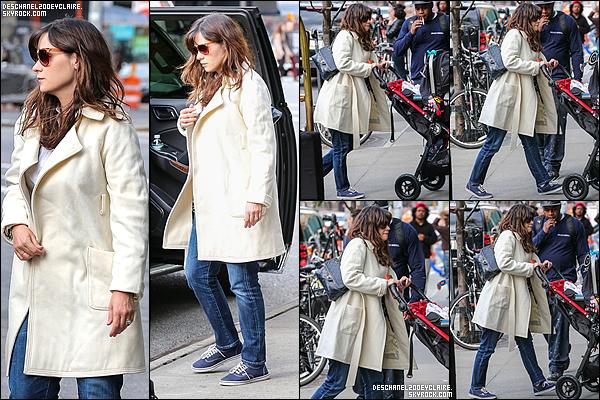 . 14/10/2015 : Zooey Deschanel a été aperçus quittant un véhicule avec sa fille dans Los Angeles.   Zooey a adopté un nouveau coat dont elle a le secret. La petite famille est arrivé à L.A. pour commencer leur vie californienne. .