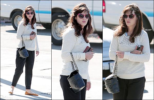 . 15/11/2015 : Zooey Claire Deschanel a était repérer de sortie dans les rues de Los Angeles.  Zooey est de retour sur le set de New Girl où elle tourne avec le cast le 100e épisode de la série, son come-back ! .