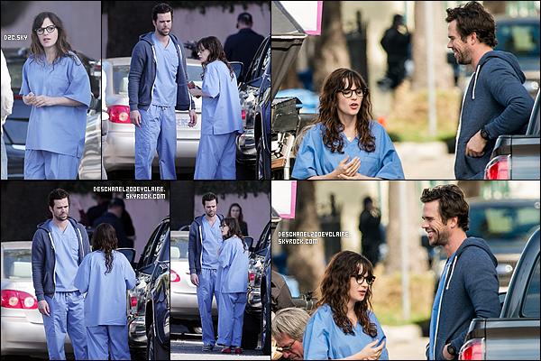 . 21/01/2016 : Zooey a été vu avec David Walton sur le set de New Girl  à Los Angeles.  Le beau docteur Sam fait son retour dans la série ! Jess était en habit d'infirmière ce qui peut faire penser qu'elle va travailler à l'hôpital. .