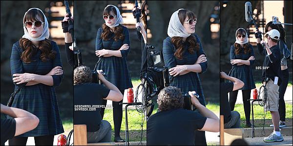 """. 28/01/2016 : Zooey D. a de nouveau été vu sur le set de New Girl  à Brentwood, CA.  On peut aperçevoir notre belle Zooey dans un look """"so-Jess"""" avec sa co-star Jake Johnson dans ce qui à l'air d'être un concessionnaire.  ."""