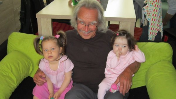 papy et ses deux adorable petites fille manuella et alissia...