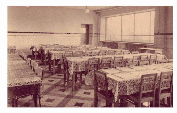 LESSINES - Ecole moyenne des filles - le réfectoire