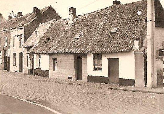 LESSINES petites maisons au début de la route de frasnes, rasées également...