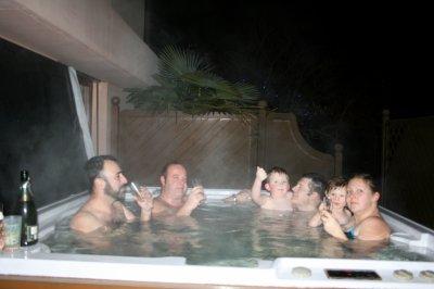 Premier bain de l'année en famille.BM