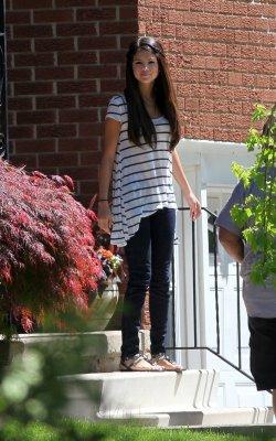 Selena quittant son hotel d'ontario avec justin