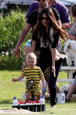 Selena acclamant  Justin, alors qu'il joue au football à Stratford, Canada