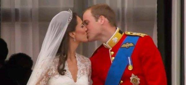 Photo symbolique : baiser du Prince William Windsor et de Kate, son épouse le jour de leur mariage.
