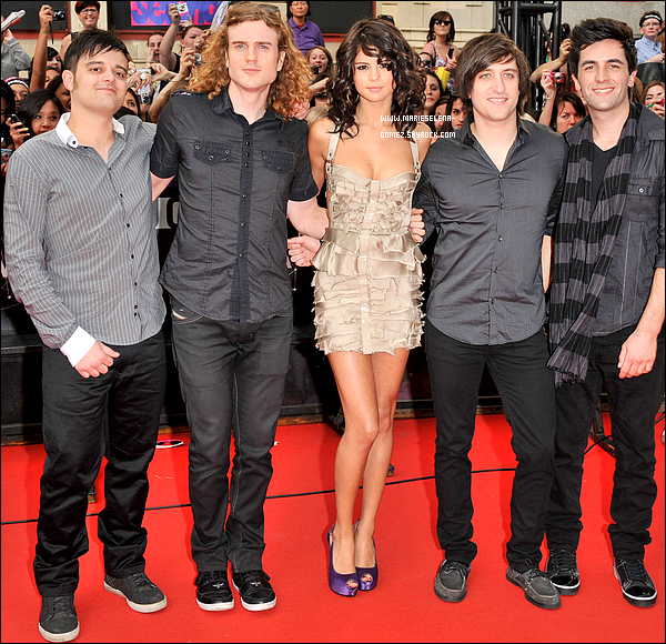 """. 19/06/11  : Selena Gomez au « Much Music Video Awards » 2011 à Toronto.    Sublime !. .  Selena était au « Much Music Video Awards » 2011 à Toronto (Canada) ou il y avait également son petit ami Justin Bieber, Nina Dobrev, Ian Somerhalder et bien d'autres. La belle co-présentait la cérémonie. Selena and The Scene était nominé pour deux récompenses pour la """"vidéo internationale préférée"""" et la """"vidéo internationale de l'année"""" pour « A Year Without Rain », mais le groupe n'a pas gagné c'est Lady Gaga qui a remporté les prix. Sinon lors de cette cérémonie on a eu droit à cinq tenues portées par la Gomez. Ma préférée reste la robe qu'elle a porté lors du red carpet. Selena a une coupe parfaite et se la joue sexy, j'adore ! Et toi que penses tu des différentes tenues ?  . ."""