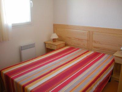 chambre lit double avec penderie blog de masdesvignes. Black Bedroom Furniture Sets. Home Design Ideas