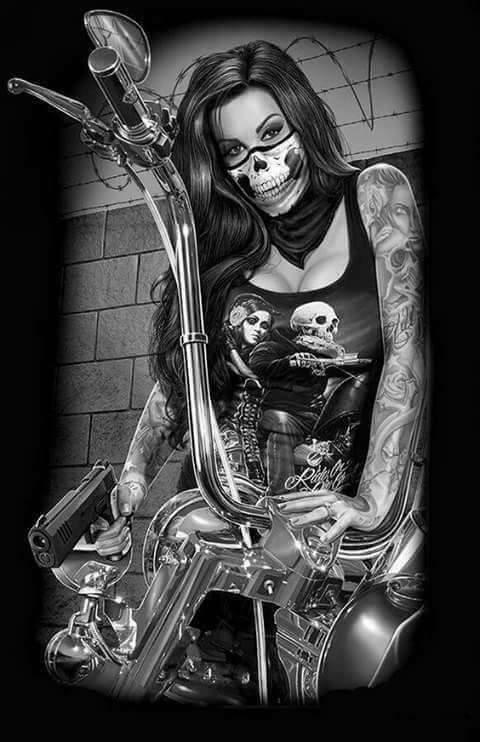 magnifique  femme  tatoué  sur  la  moto