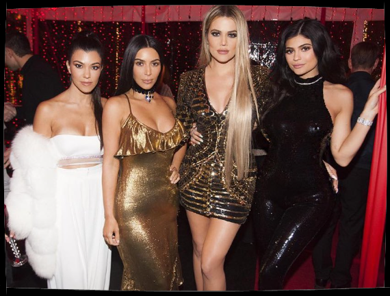 Nouvelles photos de Kim pour noel le 24.12.16 avec ses soeurs (sauf Kendall).