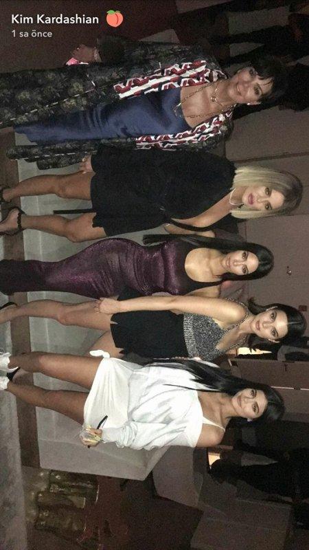 Photos datant du 10 aout avec les soeurs Jenner/Kardashian (sauf Kourt) pour la fête d'anniversaire de leur soeur Kylie qui a eu 20 ans ce jour là. Elles sont sublimes !