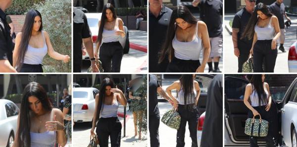 24.08.17 | Kim a été vu se rendre dejeuner dans Studio City. Elle porte une tenue simple & décontractée, mais tout lui va bien !
