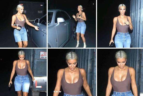 14.09.17 | C'est une Kim sexy qui a été vue à Los Angeles pour son retour de New York. Elle portait un haut moulant (body ?) avec un short en jean puis des bottines ! C'est un top !