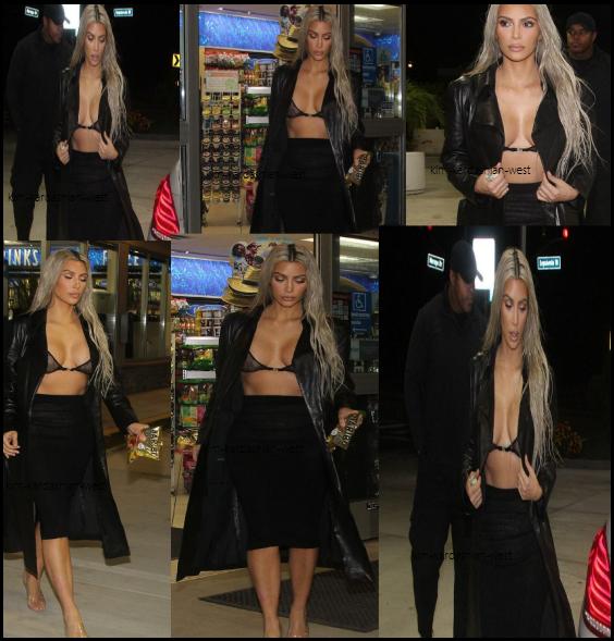 8 octobre 2017 : Kim a été vue seule sortant d'une petite boutique d'alimentation à Los Angeles, où elle est ressortie avec un sachet de bonbon Haribo. Kim a toujours adoré les bonbons !