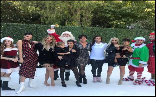 La famille s'est réunie pour une photo à l'occasion du Kardashian's Christmas 2017. Il n'y pas Rob & Kylie sur la photo.