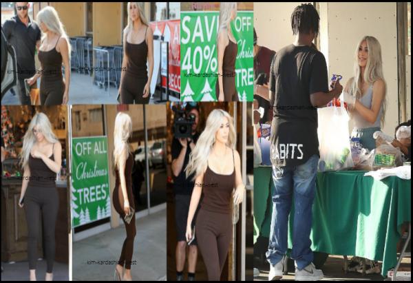 18 octobre 2017 : Toute vêtue de  noir, Kim a été apperçue faire les boutiques à Los Angeles La même journée, la jolie Kim a donné de la nourriture aux sans abris.