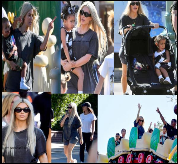 24 octobre 2017 : Kim etait avec Kourtney (pas sur les photos) à Disneyland accompagnée de leurs enfants respectifs. Kim porte une tenue décontractée (pour une fois !), toute en simplicité, elle est très jolie !