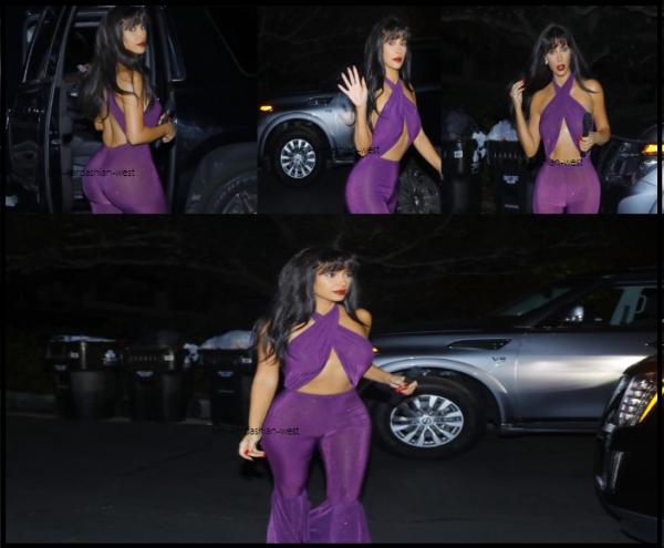 31 octobre: Kim s'est rendue déguisée en Selena Quintanilla à une soirée d'Halloween. Pour ma part, je trouve que c'est son meilleur costume. C'est sexy sans être vulgaire, ça fait ressortir les formes de Kim et la frange lui va à merveille !